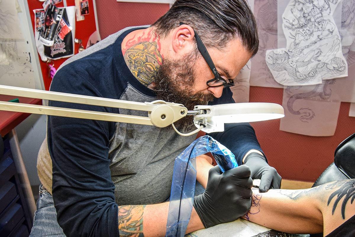 Roland Inhaber Farbfieber Tattoo sticht Tätowierung OberarmRoland beim tätowieren Unterarm