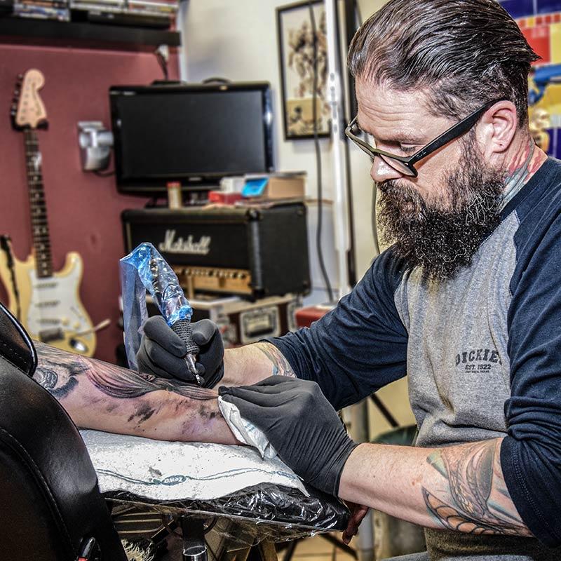 Roland Inhaber Farbfieber Tattoo sticht Tätowierung Oberarm