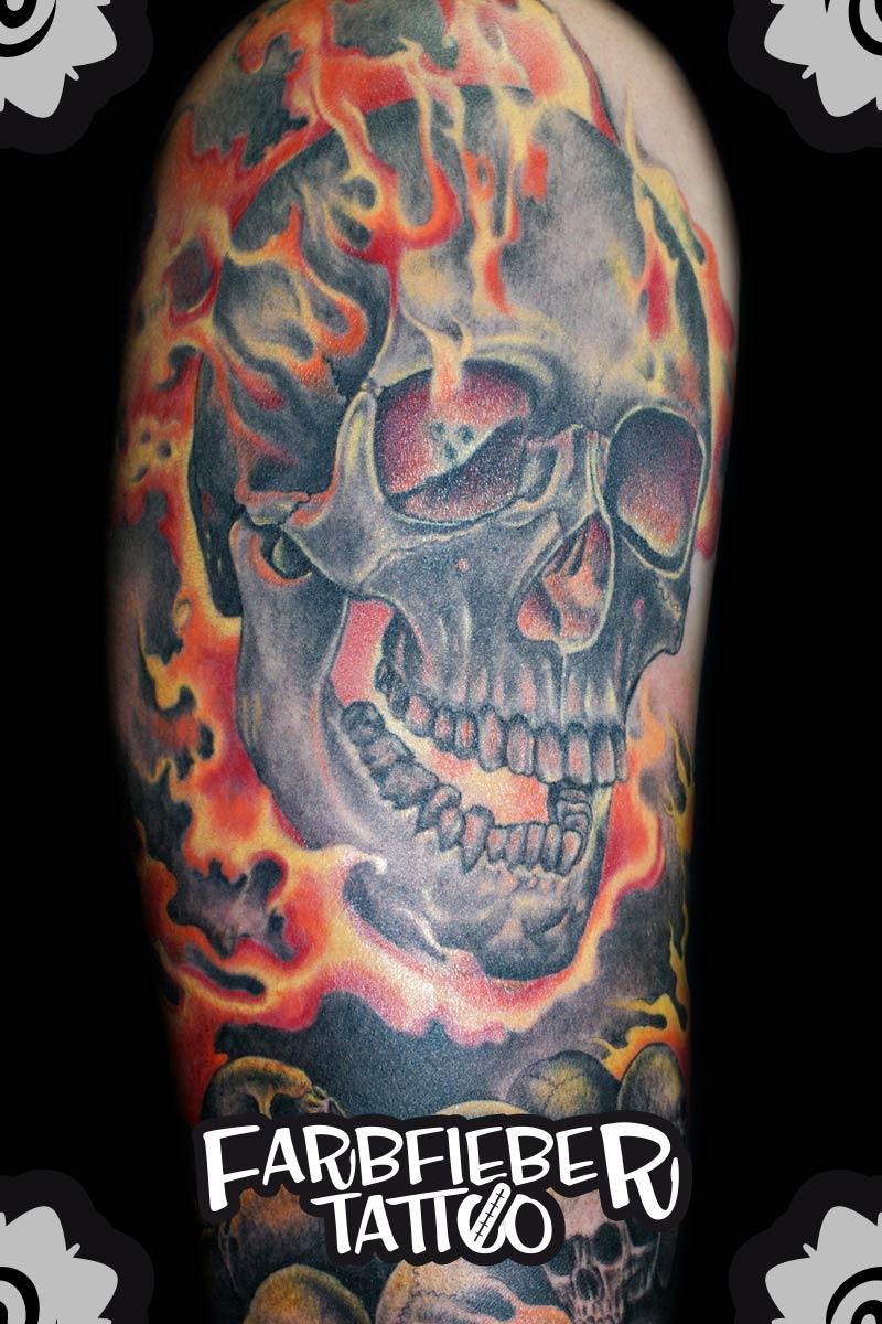 roland-farbfieber-tattoo-schaedel-flammen